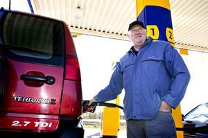 Nöjd. Precis när Torbjörn Falk bromsade in vid bensinpumpen sänktes dieselpriset ytterligare ett steg och han tyckte själv att han gjorde rätt som valt dieseldrift, både för miljöns skull och för driftkostnader.