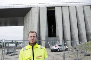 Stora betongväggar har monterats för att täcka de norra och södra brofästena. Efter tisdagens händelse måste nu Sundsvallsbrons nya kläder undersökas.