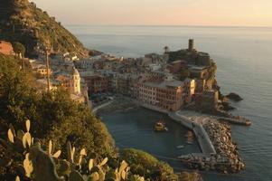 LUGNT OCH BILLIGT.  Utsikt från tåget på Vernazza i Cinque Terre. Foto: Agenzia regionale in Liguria