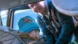 Medveten. Erik Fernlund åker mycket bil och inför långresorna med sonen Edvin och de andra i familjen är han väl förberedd. På sportlovet blir det däremot en solsemester, men framför allt på somrarna tar familjen bilen genom Sverige.