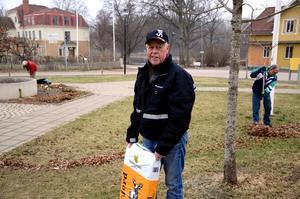 Ivan Persson, ordförande i Hasselfors byalag, var redo att lägga ny jord till blommorna.