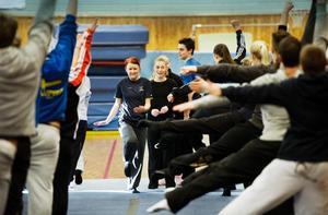 Ledare som leder. Johanna Råberg, som längs fram springer mot kameran, är friståendeansvarig för damlandslaget i truppgymnastik.