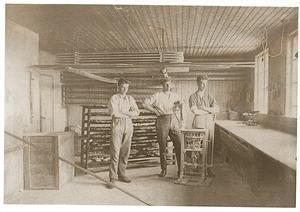 Ludde Johansson i mitten tillsammans med sina anställda i bageriet i Gruvbyn, Kalle Hedman, till vänster, och Bengt Sandell.