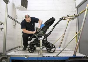 Patrik Spånglund förbereder Emmaljungavagnen för uthållighetstestet: 30 mil på ett knöligt rullband. Foto: Anna Sigge