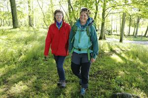 Maria Hindenborg, till vänster, och Karin Magnholt, njuter när de vandrar i naturen. Man uppnår ett meditativt tillstånd, säger Karin.