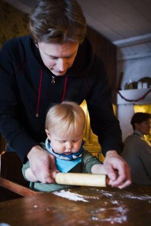 Arvid Darj, 14 månader, premiärbakade pepparkakor med pappa Kristoffer Darj.