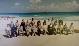 Världens partiledare samlade till den stora klimatkonferensen i Cancún i Mexico 1977. Thorbjörn Fälldin och Ronald Reagan är de enda som bar piketröja.