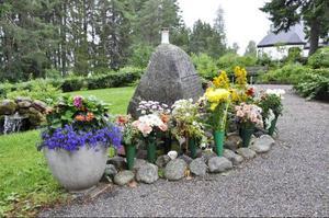 Blommor har försvunnit från minneslunden, säger Sigrid Persson i Strömsund.