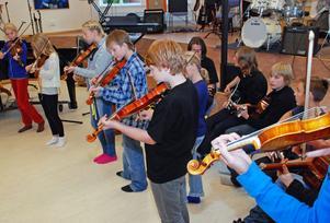 Hela gänget unga musiker tar ton.