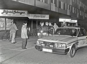 Både åklagaren och försvaret yrkar på en rättpsykiatrisk undersökning av den Gävlebo, k-pistmannen, som bland annat skjutit mot polisen. Bilden föreställer gripandet av 18-åringen vid Videoöppet på Söder i Gävle.