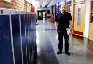 På Parkskolan i Östersund fins det ingen gemensam policy i hur lärarna ger elever läxor. Daniel Olsson, som är verksamhetsledare på Parkskolan, tycker det är viktigt att ge rätt typ av läxor.