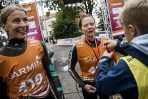 Marie Dasler, till höger, tillsammans med lagkompisen Malin Broström i målfållan efter nästan tolv timmars kamp på Ö till ös obarmhärtiga bana med 65 kilometer löpning och tio kilometer simning.