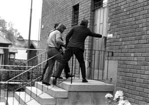 Åsamördaren har gripits i september 1972 och förs in i det dåvarande polishuset i Mora i samband med rättegången. Foto:Sten Widell