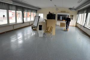 Matsalen. Vaktmästare Ulf Bäckman flyttar över matsalen till gymnastikhallen. Golvet ska bytas på grund av en fuktskada.