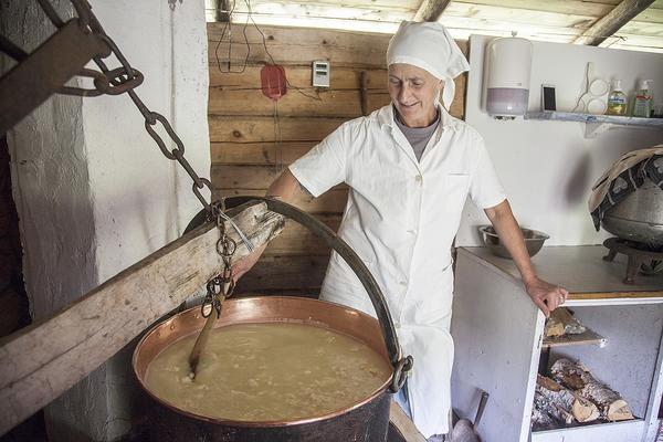 Lukten av vassle fyller kokhuset. Ingegerd Sundeberg kokar gûmm av sextio liter färsk oseparerad mjölk. – Det är så gott. Jag brukar ösa undan lite i en skål och äta  gûmmen varm. Det kan bli gômm till middag också, det går inte att sluta äta, säger Ingegerd Sundeberg.