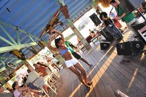 Livemusik och dans på Bugaloe Bar, som även lokalbefolkningen gärna besöker.