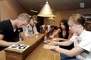 Djupt koncentrerade sitter Spangänget och spelar bingo.