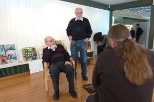 Mediaintresset var stort inför Walter Holmströms och Roland Eckerwalls vernissage på lördag. Claes Gabrielsson på Sveriges Television i Örebro passade på att göra ett porträtt av de två nestorerna inom länets konstvärld.