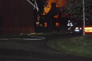 En dramstisk husbrand härjade mitt inne i Hassela natten till söndag