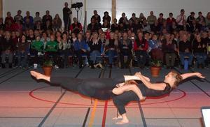 Parakrobatik. Sofia Wålstedt och Rebecka Nord hade flugit hem från Paris, där de går en cirkusartistutbildning, för att framföra ett avancerat parakrobatiknummer. Här tar de mark för en kort stund.
