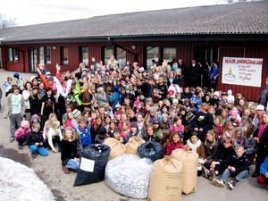 Eleverna på Närlunda har samlat värmeljuskoppar hela vintern.