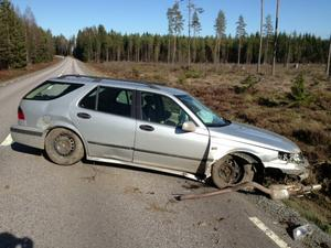 Bilen fick stora plåtskador efter olyckan.