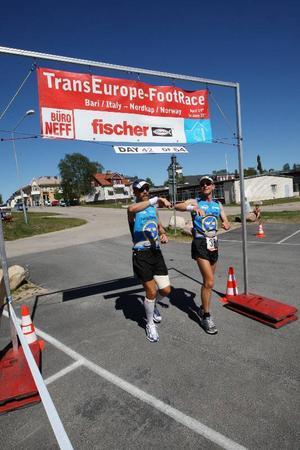 """I mål efter 61 kilometer i stekande värme. Andreas och Mattias var nöjda efter att ha nått etappmålet  i Sveg. """"Sådana här dagar är underbara. Det var värre när det hällregnade i fyra timmar""""."""