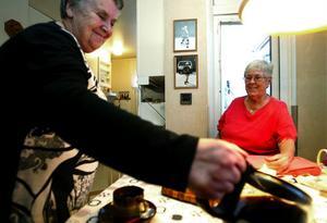 En gång gick Inga Lundgren och Anita Hegner i samma klass. I dag är båda 72 år och eftersom Inga har en frisk kropp och ett varmt hjärta bistår hon mer än gärna sin gamla skolkamrat genom Röda Korsets uppsökande verksamhet.