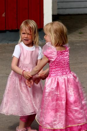 Finns det inga kavaljerer som bjuder upp får vi väl dansa själva tyckte de här två prinsessorna.