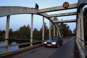 Somliga låter sig inte skrämmas av höjden på bron som korsar passagen mellan de båda Dellensjöarna.