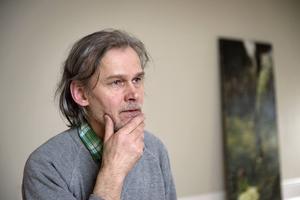 Konstnären Max Book som ställer ut på Waldemarsudde i Stockholm säger att han är ute efter en rå skevhet i sina verk.