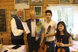 Jan-Eric Berger, till vänster, överlämnade den fina utmärkelsen till Robert Wirén. Här på bild med syskonen Meghety och Harout Kantsabedian som underhöll på fiol och gitarr.