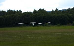Landar. Efter en otrolig upplevelse bland molnen har det blivit dags att landa. Foto:Johan Larsson