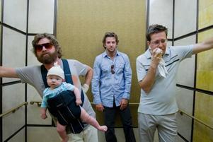 """Tre män och en baby. Zach Galifianakis, Bradley Cooper och Ed Helms i komedin """"Baksmällan""""."""