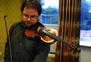 Nog känns det högtidligt att få spela på en violinernas Rolls-Royce. Richard Kontra, alternerande konsertmästare i Nordiska Kammarorkestern Sundsvall, blir först i tur att få spela på 1690-talsdyrgripen.