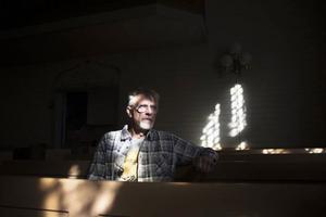 Gunnar Larshow är kyrkvärd i Hillsands kapell och är också en av alla bybor som vill att kapellet används. Men det anser pastoratet att man inte har råd med.
