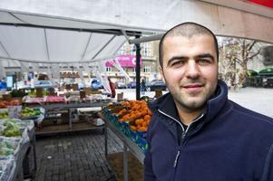 Känner sig lurad. Besir Fidan, torghandlare i Västerås, betalar helår för den torgyta isbanan är anlagd på. Foto: Daniel Sidenbladh/Arkivbild