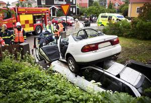 11 juni 2009. En bil kör av vägen och in på en villatomt i korsningen Tråddragargatan och Malmabergsgatan. Bilen hamnar på taket på en bil parkerad på garageuppfarten. Den 21-årige föraren och en 18-årig kvinnlig passagerare förs till sjukhus med lindriga skador. Foto: Per Groth