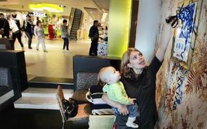 Maria Holzmann klippte bandet till amningstavlan, som hänger på Waynes Coffee, tillsammans med sonen Leon i famnen. Foto: Staffan Björklund
