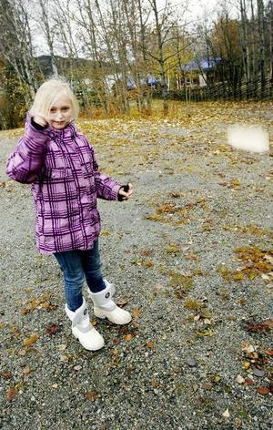 Wilma Söderholm testade sin brummare. En brummare är en slags träsnurra, som ger ljud ifrån sig, när man snurrar den.Foto: Henrik Flygare