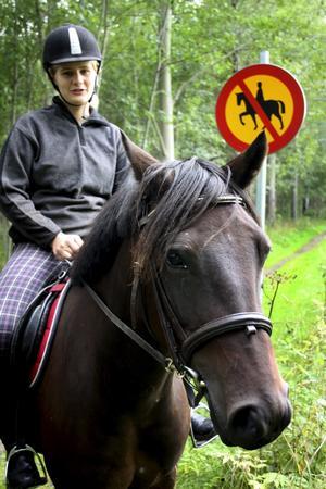 Ridförbudet på Regementsmarschen gör att ryttare i Sannahed blir avskärmade från ridstigar i skogen.