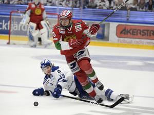 Moras Oskar Svanlund i kamp med Leksands Alexander Ytterell.