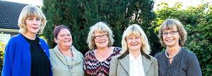 Har känt varandra ett helt liv. Från vänster: Gunilla Karlsten, Västerås, Gun-Britt Landenberg (som flicka Lundin), Hedemora, Eva Persson (Århall), Västra Skedvi, Elisabeth Hellqvist (Karlsson), Västerås, samt Barbro Johansson (Lennartsson), Köping. De är alla uppvuxna i Köping. Saknas gör Ulrica Numisto (Hellqvist), Köping.