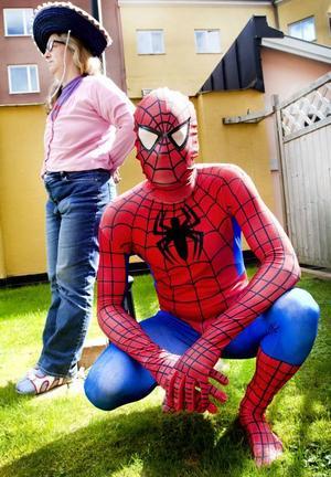 Bakom Spidermandräkten döljer sig vardagshjälten Joel Svensson som startade företag så mamma Eva skulle få ett jobb.