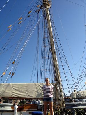Att klättra upp för den 32 meter höga masten ingick i besättningens uppgifter.