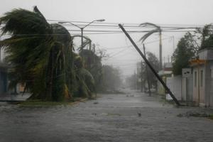 Orkaner kan orsaka stor förödelse där de drar fram. Bilden är tagen under orkanen Deans framfart i Chetumal i sydöstra Mexico, den 21 augusti 2007.