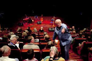Före förställningen gick Jan Malmsjö runt och småpratade med publiken och berättade historier som uppvärmningen inför föreställningen som han döpt till I all sin enkelhet.