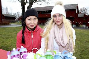 Celina Gustafsson och Hanna Granström driver UF-företaget Icedrops. En del av intäkterna skänker de till Water-Aid  för att förbättra tillgången till rent vatten i världens fattigaste samhällen.