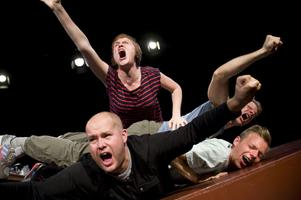"""HATISKA. """"No tears for queers"""" som spelas på Teaterbiennalen baseras på Johan Hiltons bok om tre hatbrott där unga homosexuella män har mördats för sin sexualitets skull."""