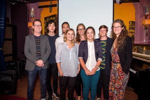 Högskolestudeterna som jobbat i sommar med att att hjälpa företag i Härnösand att hitta nya sätt att utveckla sina produkter. Längst till vänster på bilden handledaren Gunnar Anderung.